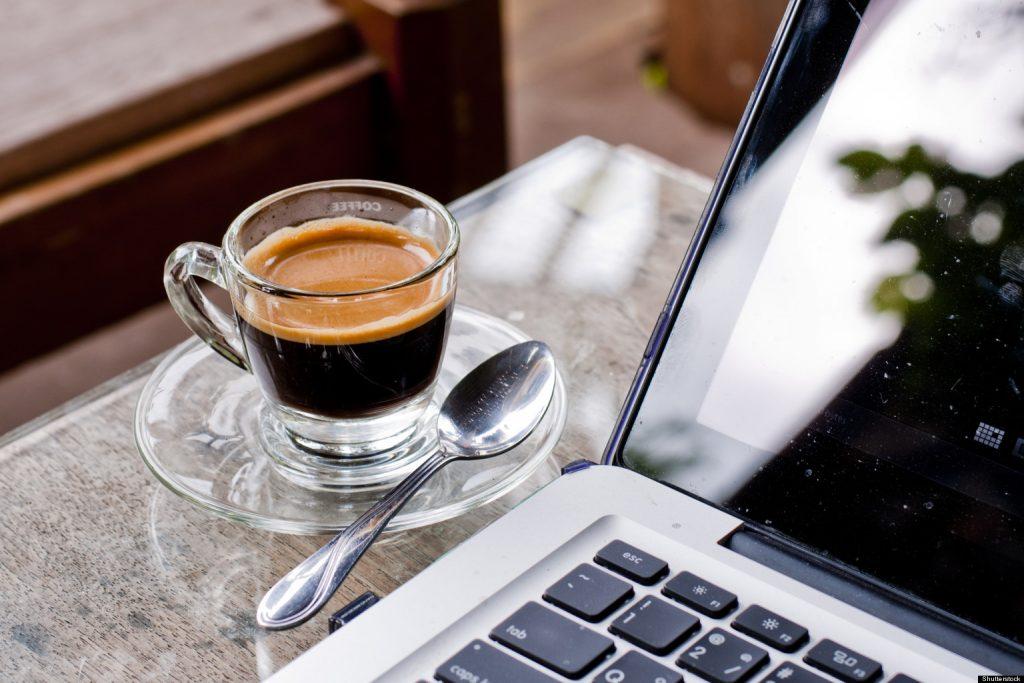 práce z domu káva na stole